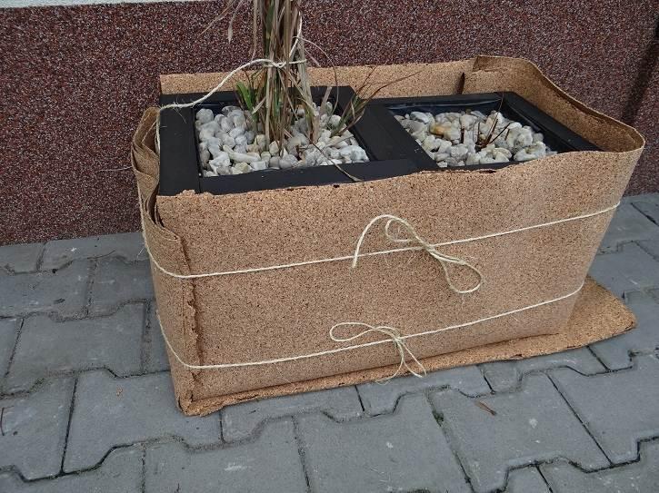 korek2 - Domowy recykling - zabezpieczajcie rośliny przed mrozem materiałami ponownego wykorzystania